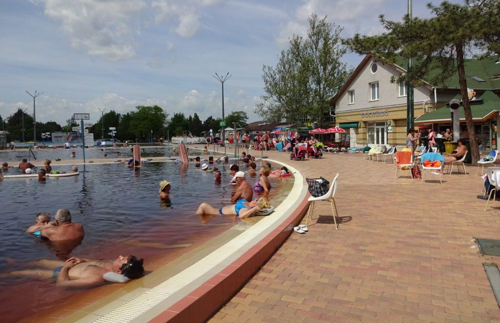 В некоторых бассейнах оборудованы места для лежания