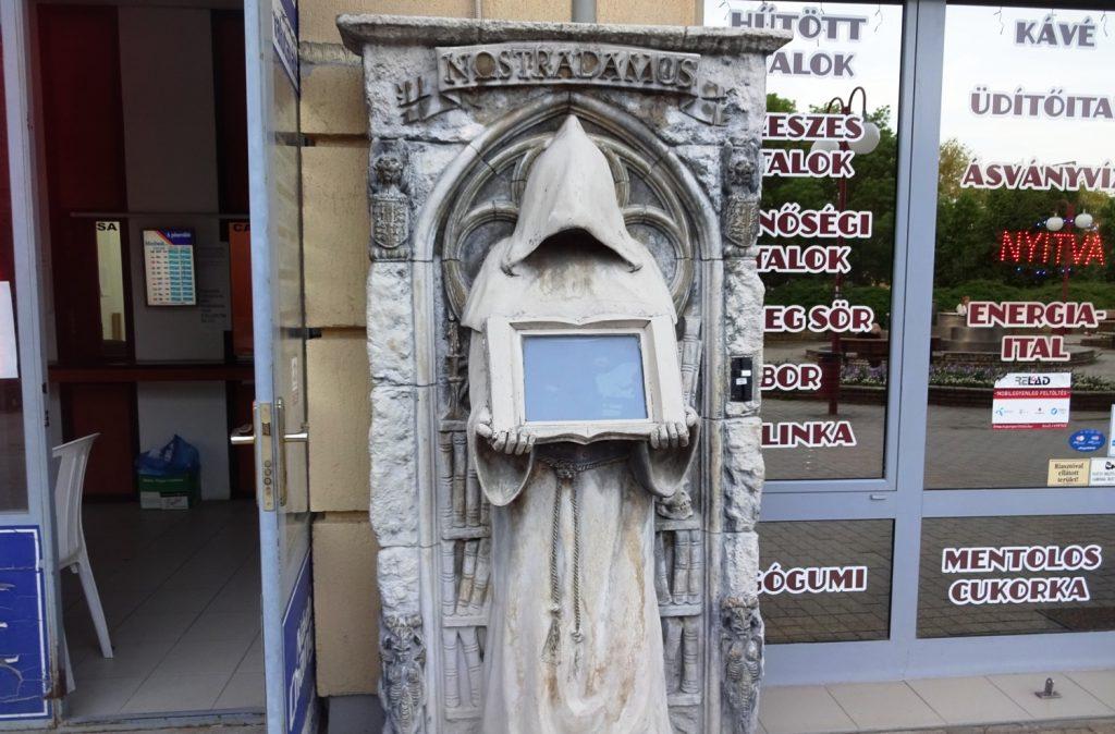 Неожиданно около почты увидеть Нострадамуса