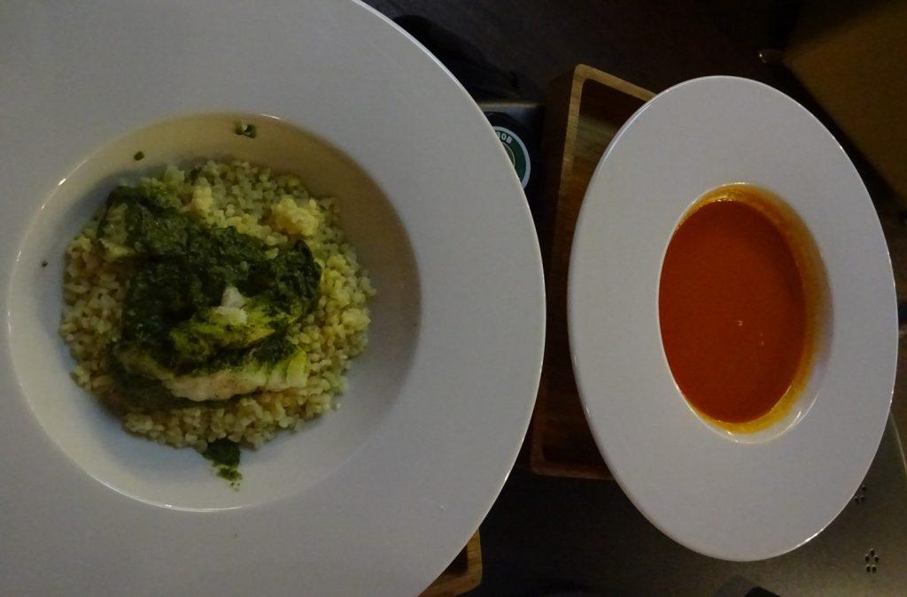 Томатный суп, треска под соусом из шпината
