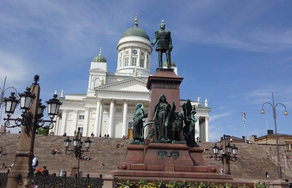 Сенатская площадь. А со ступеней открывается классный вид на город и порт
