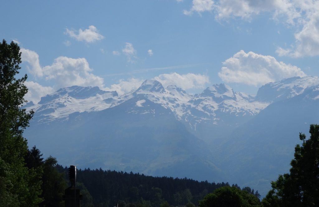 Вдалеке видны заснеженные горы