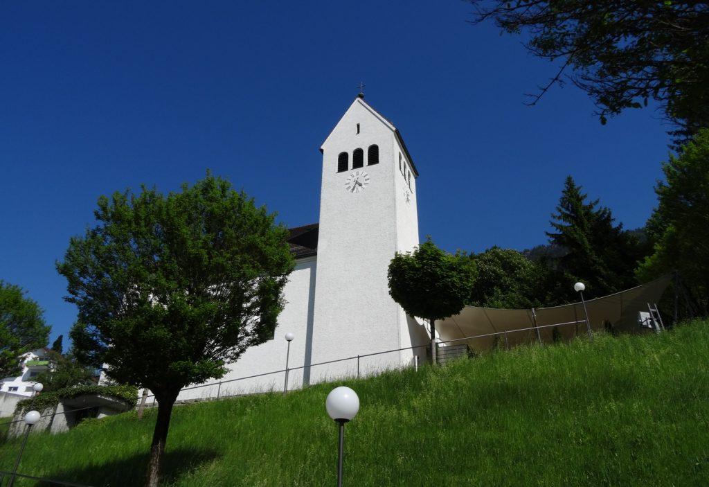 И вот такая небольшая церковь. Кажется, была закрыта, я даже не уверена, работает ли она, но судя по выбеленным стенам - да