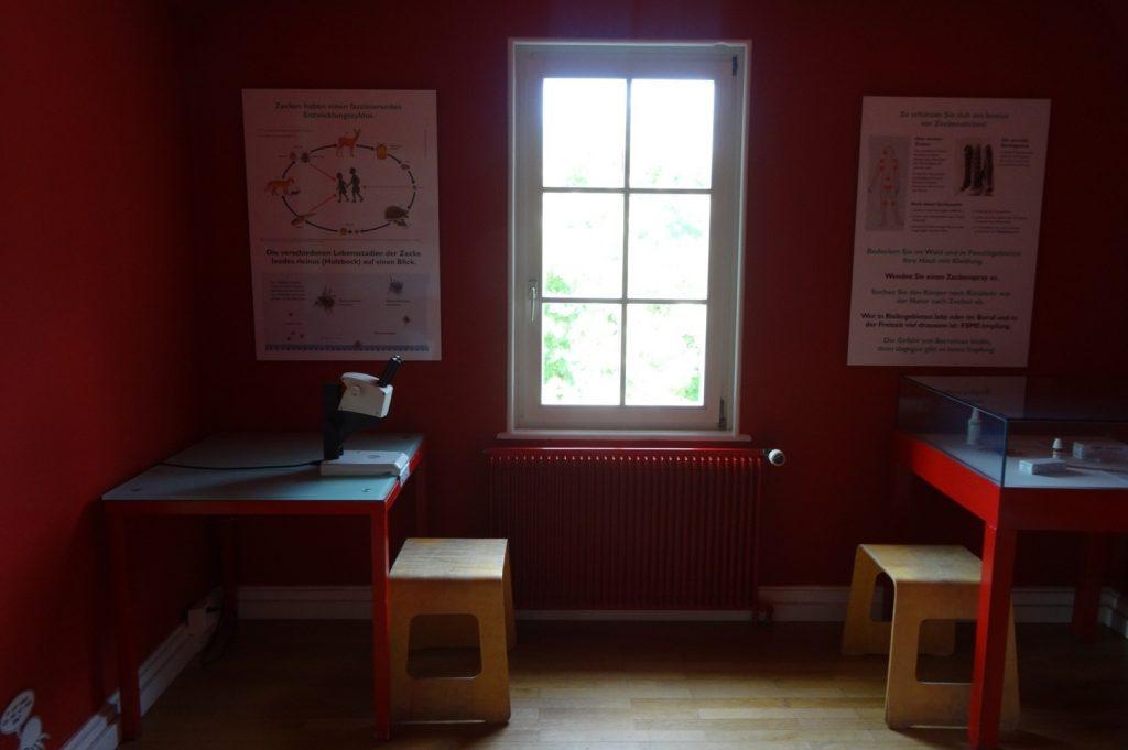 А это - небольшой музей-лаборатория. Дом без сотрудников, открыт для посетителей, можно зайти и посмотреть, в каких условиях работают ученые. Потрогать микроскоп, почитать плакаты... Мы еще телефоны подзарядили... И посмотрите, как тут все аккуратно!
