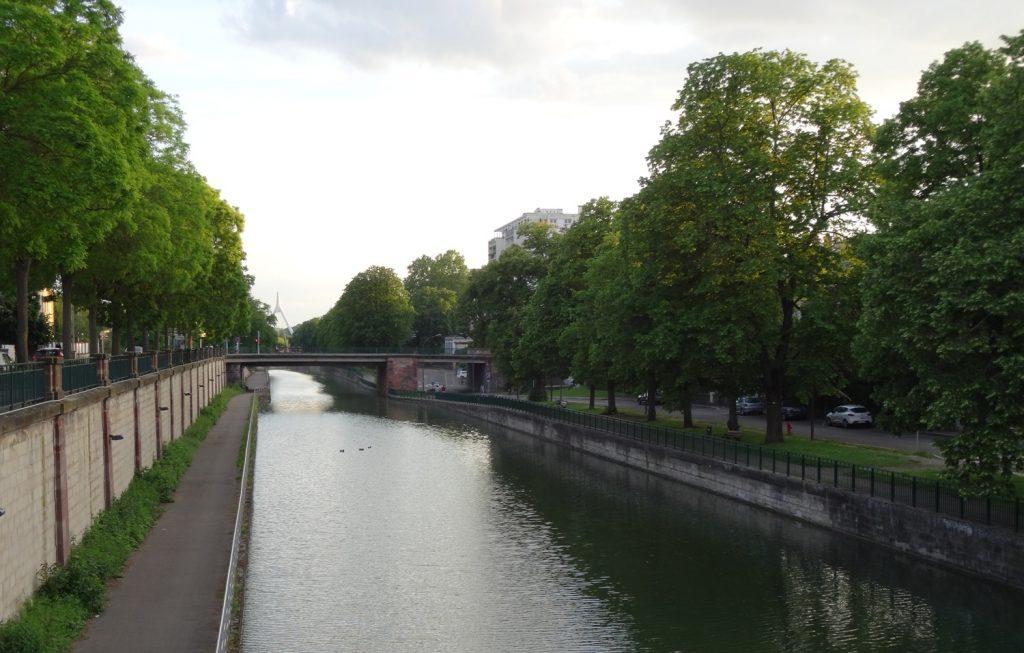 Ill -приток Рейна с симпатичной набережной