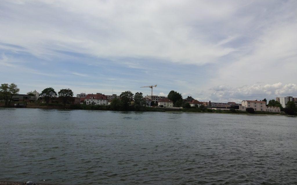 Вот такой отсюда вид на противоположный берег - французский городок Сен-Луи