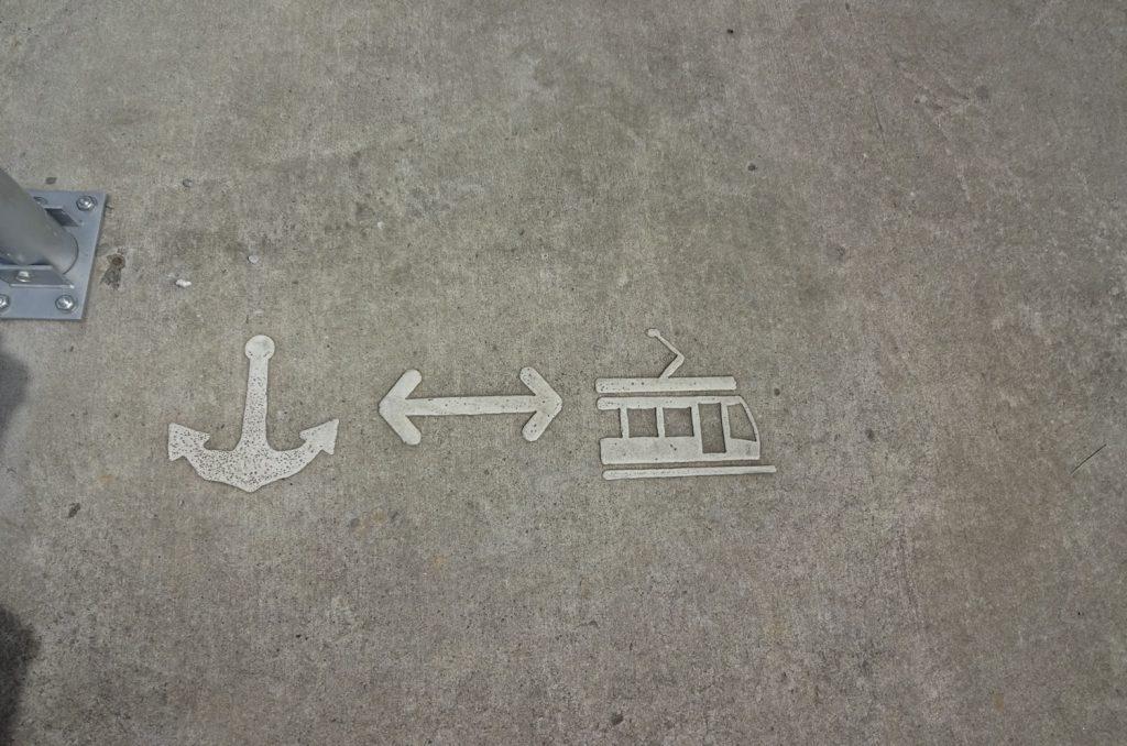 Не перепутайте трамвайные пути и причал!