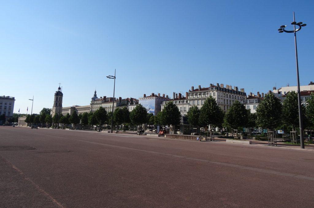 Город просторный, с широкими улицами и большими площадями (в том числе третьей по величине во Франции Bellecour)