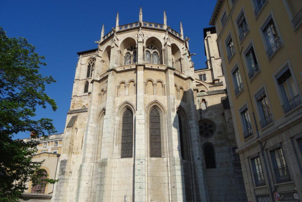 Очень старая церковь Eglise Saint Nizier, которую несколько раз восстанавливали. Почему-то с очень странного ракурса, фасад никак не входил в кадр