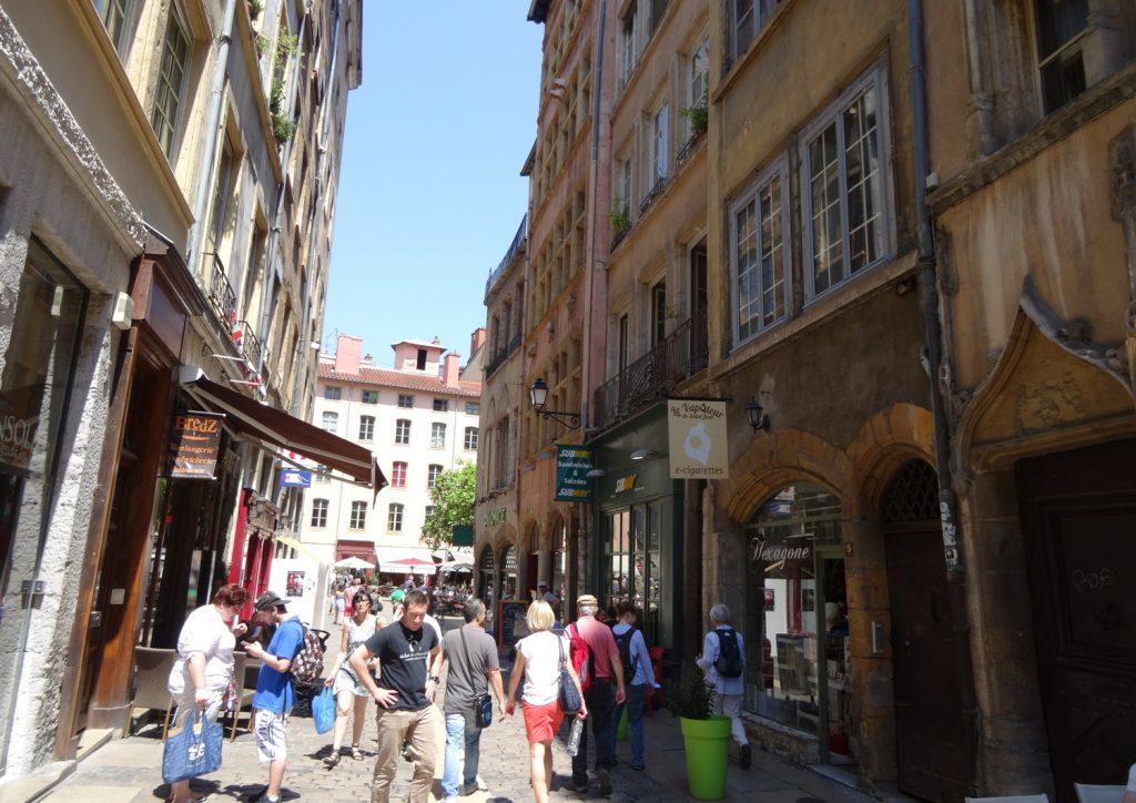 В старой части города - толпы туристов, много кафе и сувенирных лавочек, очень отличается от прогулок по современному Лиону