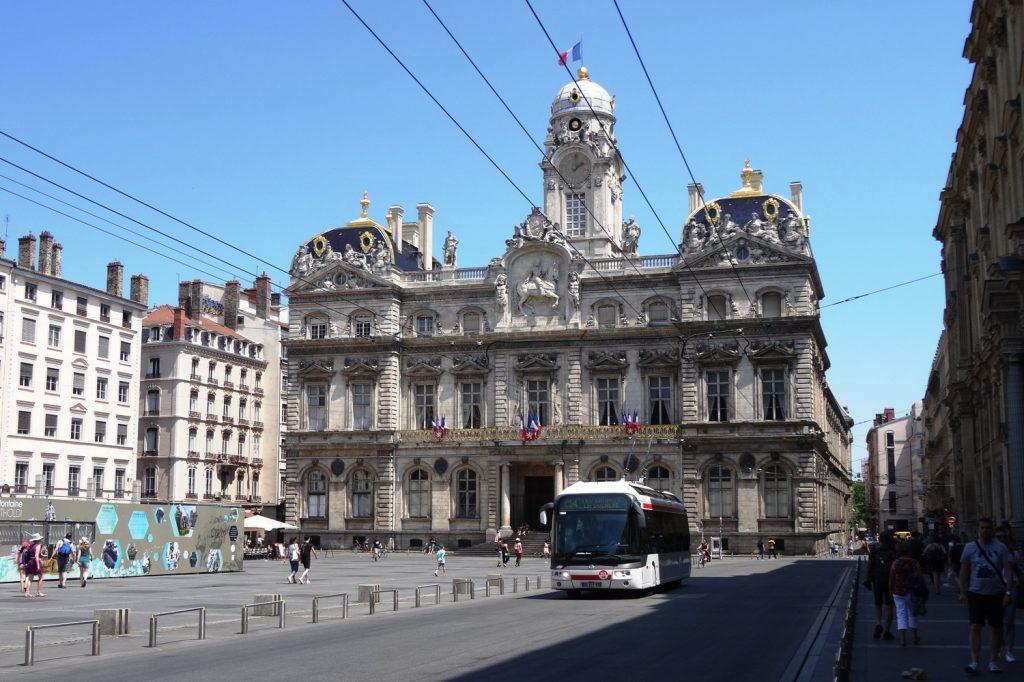 Hotel de Ville - ратуша, построенная в XVII веке и восстановленная после сильного пожара. Очень нарядный комплекс зданий