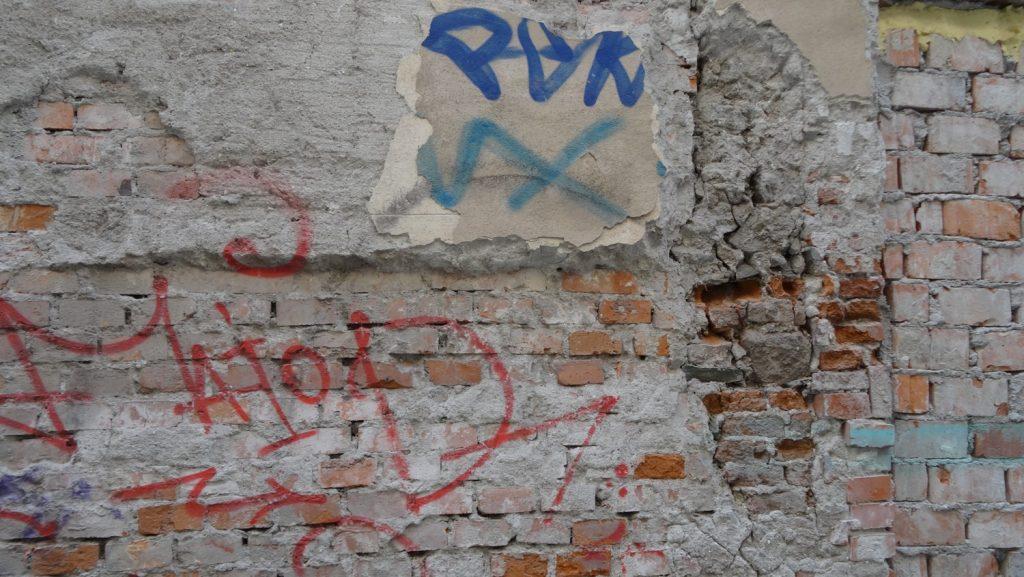 К сожалению, даже в таких аккуратных и чистых городках бывают люди, рисующие на стенах