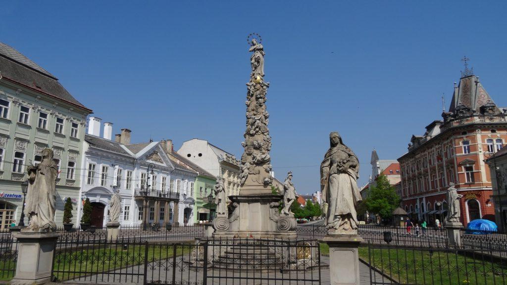 Immaculata. Этот столб был воздвигнут после избавления города от чумы в XVIII веке. Дева Мария на вершине памятника окружена скульптурами святых