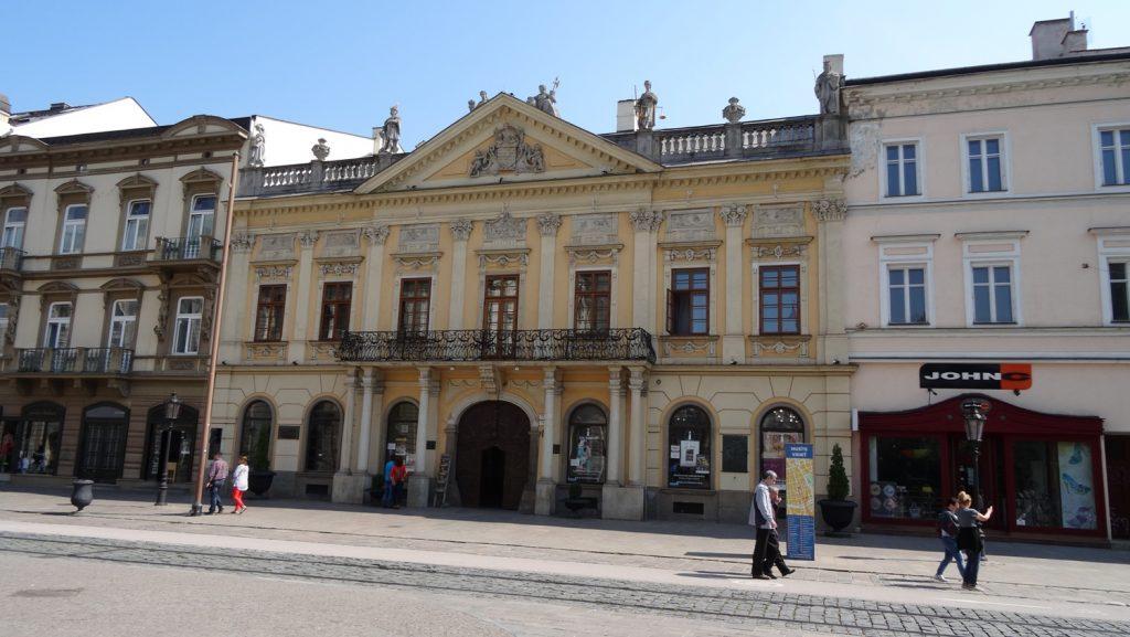 Старая ратуша. Построена в XVIII веке, окружена красивыми домами, но все равно выделяется