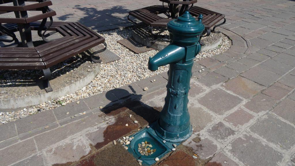 Колонка с питьевой водой - позаботились о тех, кому жарко