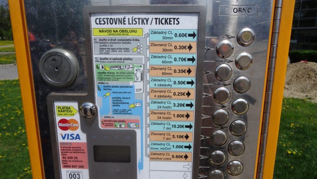 Билеты на городской транспорт можно купить вот в таком автомате. Цены смешные, особенно если на неделю брать, например