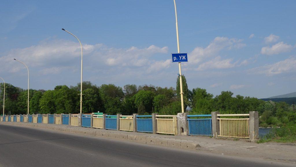 Мост через реку Уж в цветах флага