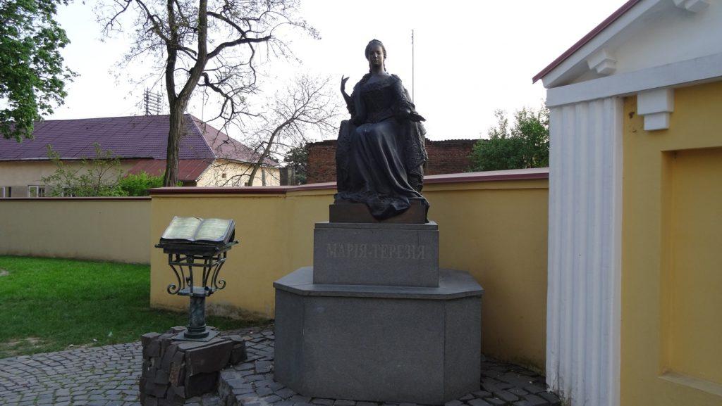 Памятник напротив