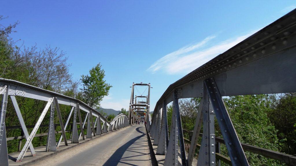 А вот и мост. Мы уже не на Украине и пока не в Румынии. Мост частично деревянный, при этом по нему ездят машины!