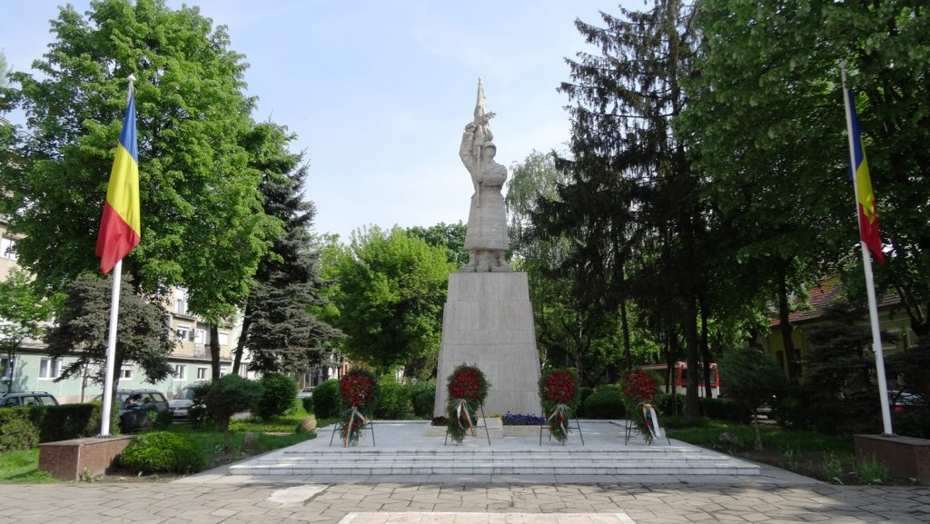 Памятников вообще много