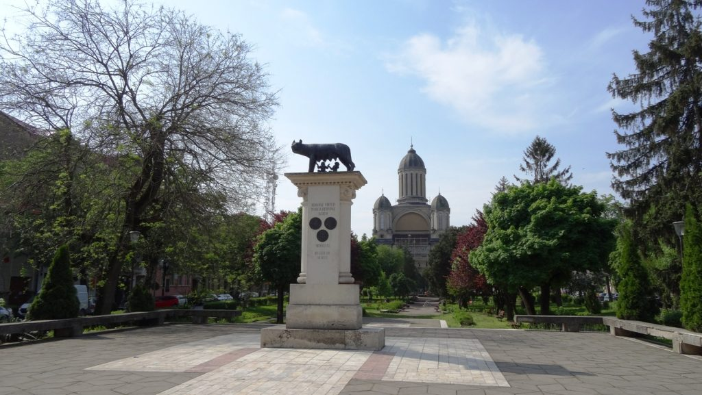 Румыны считают себя потомками древних римлян, поэтому можно встретить памятники римской волчице (Lupa Capitolina)