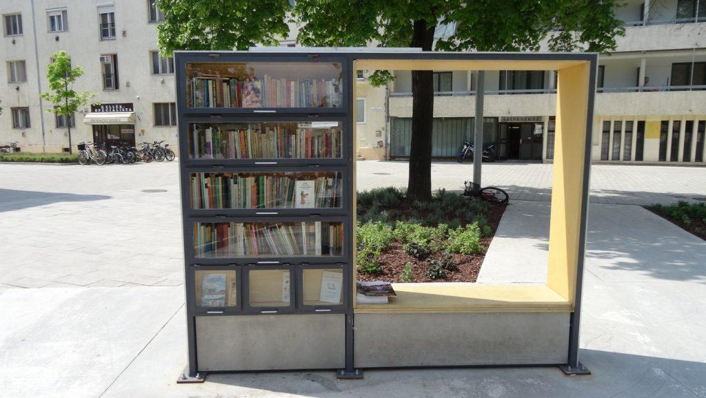 Желающие могут взять книги. Или оставить