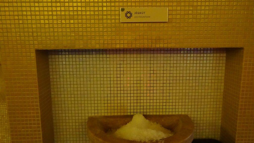 Ледяной фонтанчик. Можно насобирать льдинок и устроить контрастное обтирание, а можно в «снежок» накапать эфирное масло и унести в сауну