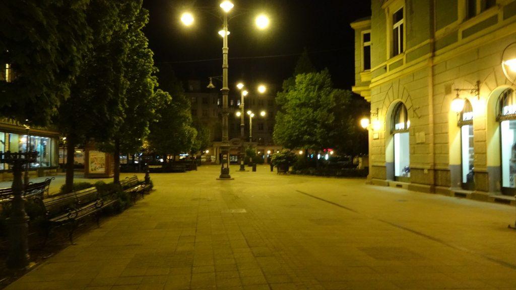 По вечерам пусто, спокойно, хотя много работающих заведений