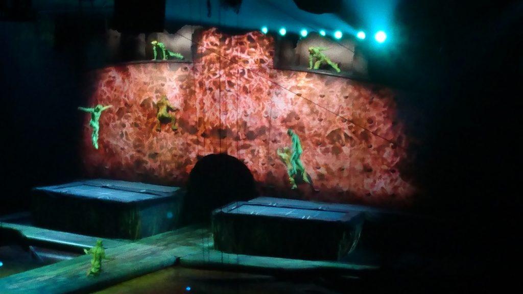 Мои любимые прыгуны на батутах. Слетают с самого верха, хватаются за зацепки в стене, делают трюки. Я готова только ради них ходить на Cirque du Soleil