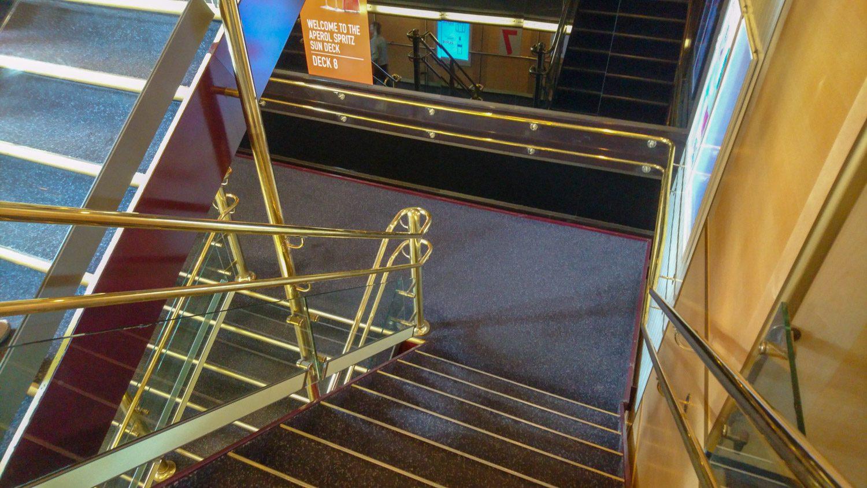 Можно передвигаться на лифтах, но если лень ждать, то есть и лестницы