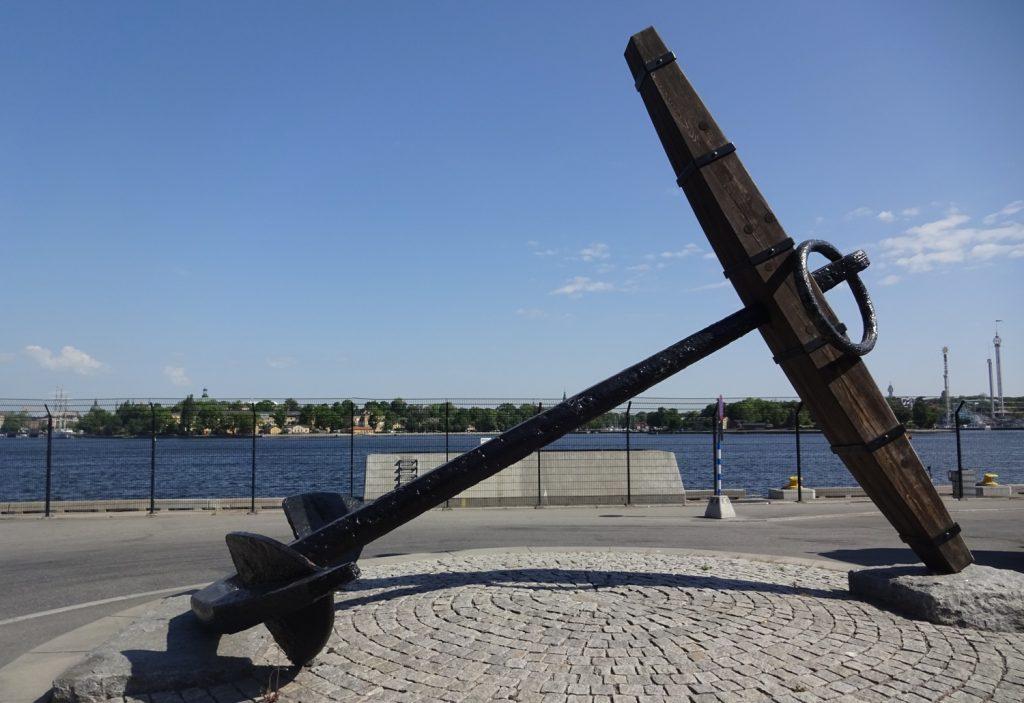 Вот такой огромный якорь установлен неподалеку от порта