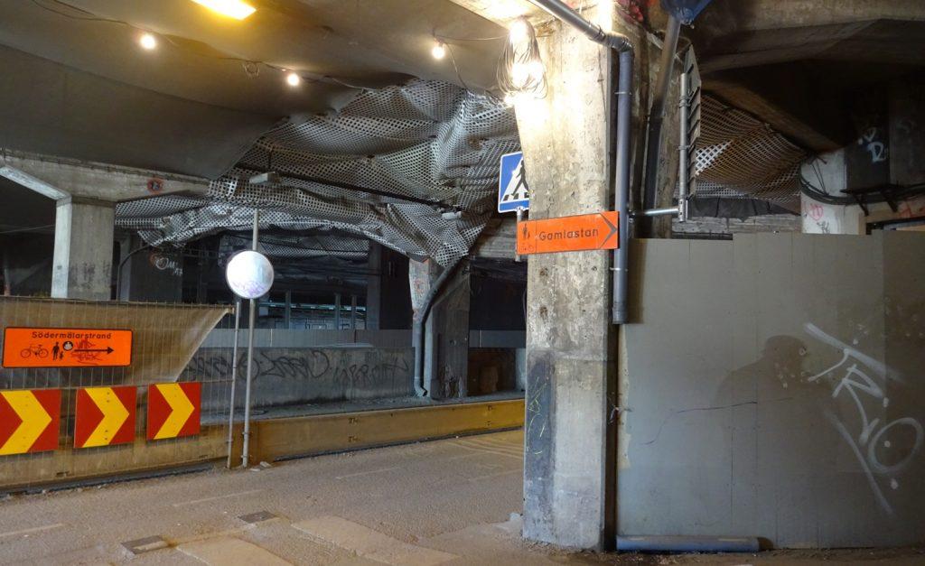 Очередная стройка, очередной ремонт, поэтому подход к шикарному центру временно выглядит так
