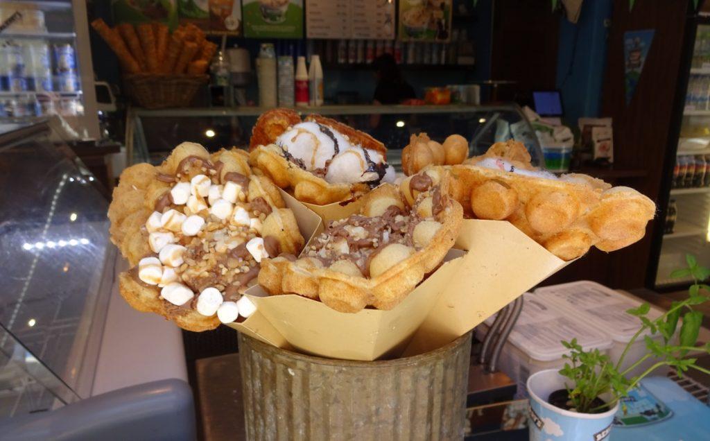 Потрясающие вафли: в тесте запекают орешки, а сверху все заливают шоколадом или сливками. Могут еще орешками посыпать. И еще шоколадом