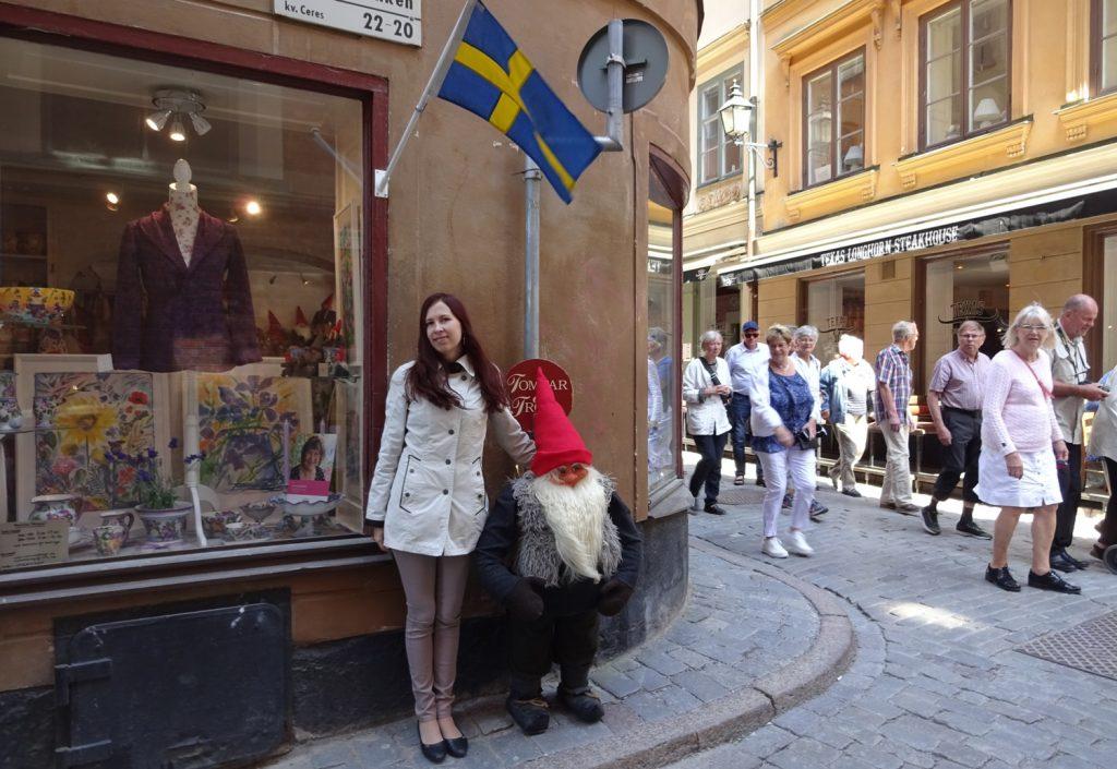 Самая шведская фотография: тролль, флаг и толпа туристов