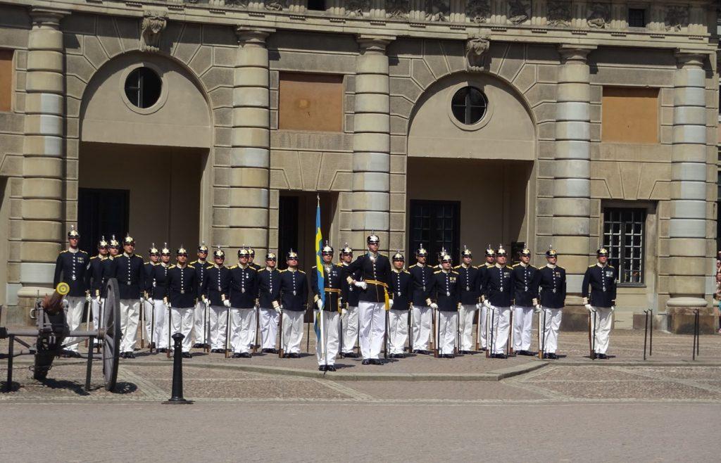 Смена караула у Королевского дворца в Стокгольме - одна из самых долгих. Но это не просто передача флага или уход одних гвардейцев и приход других. Это действительно яркое событие: с лошадьми, оркестром, речью