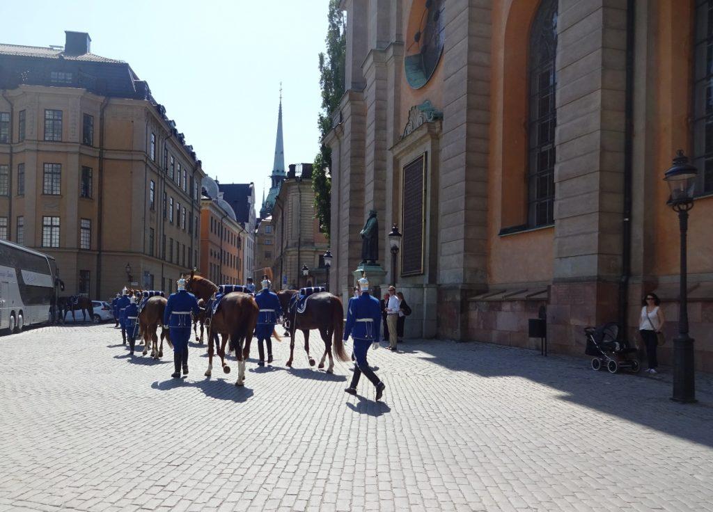 Церемония заканчивается тем, что конница уходит куда-то вдаль уже по обычным улицам - нам повезло пойти в ту же сторону и случайно застать