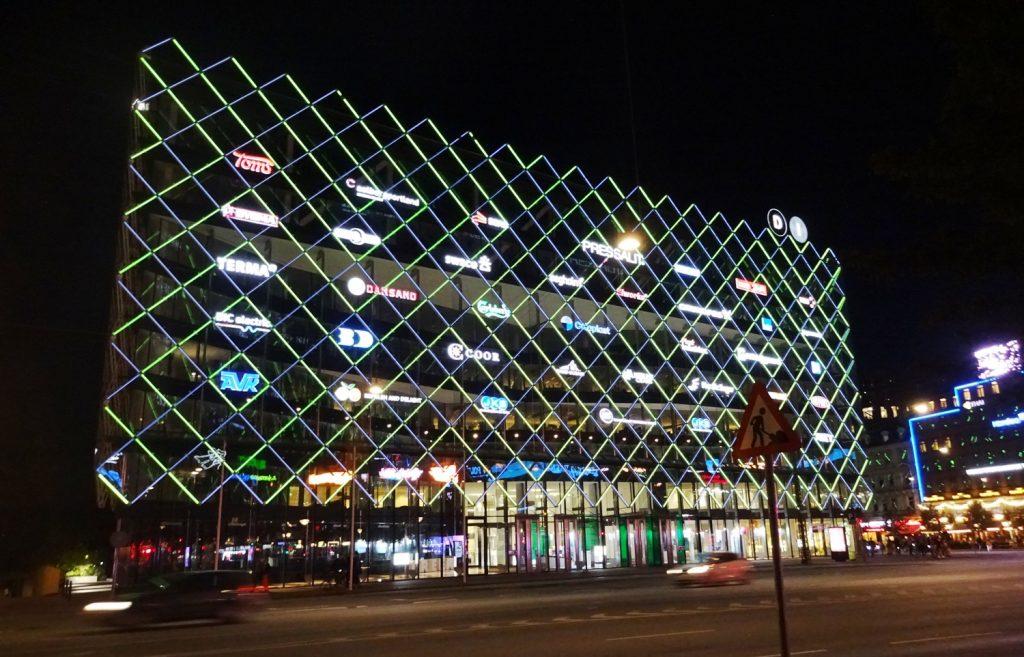 Яркий торговый центр. На самом деле закрыт, конечно