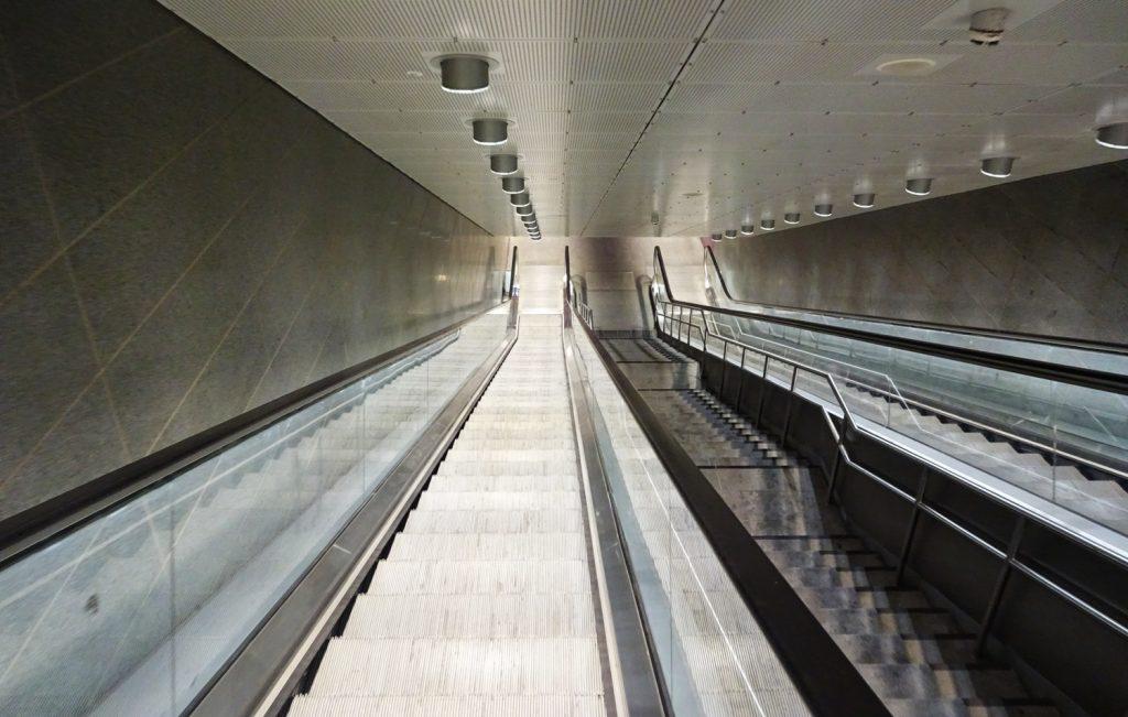 Вход в метро. Относительно чисто
