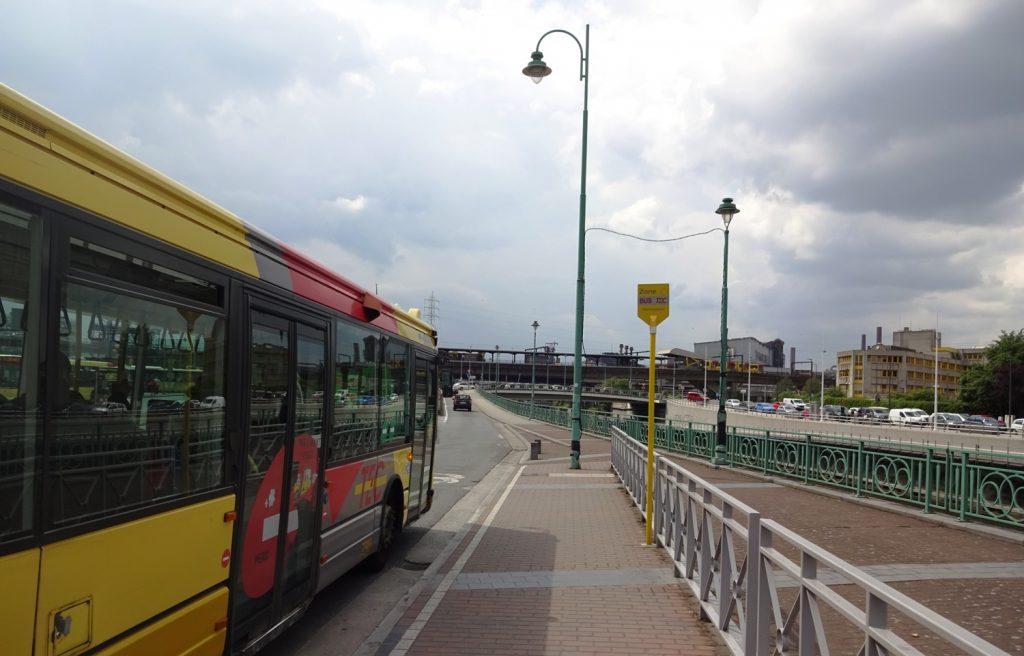 Вот такой симпатичный автобус за несколько евро увезет из аэропорта Шарлеруа в город