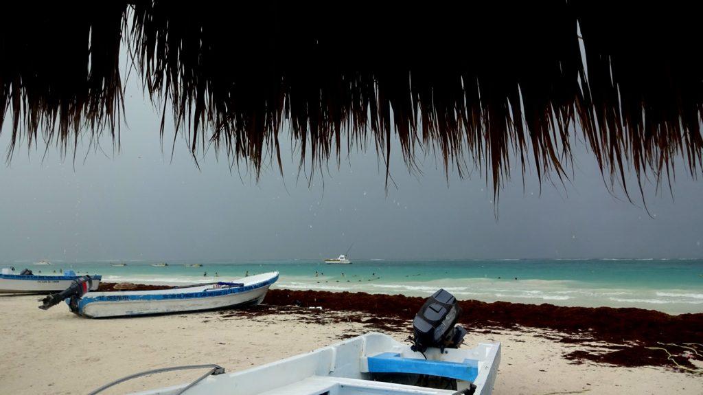 Спрятались от ливня под зонт на пляже