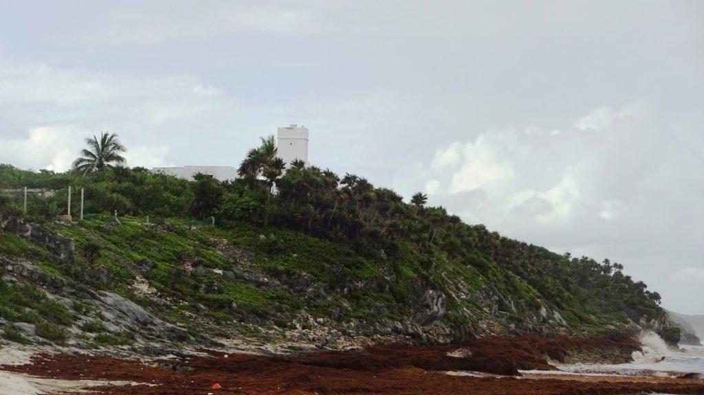 Вдали видна старая крепость и руины времен майя