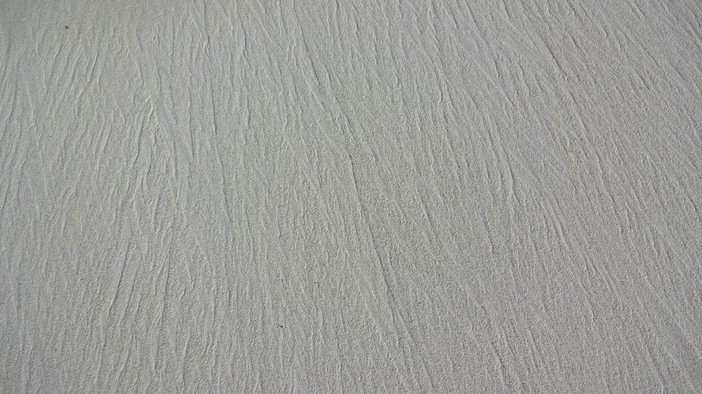Белый мелкий песочек - и ничего больше