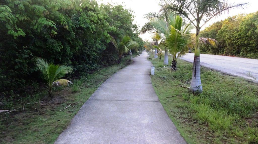 Вот такая дорога связывает пляжную часть и центр