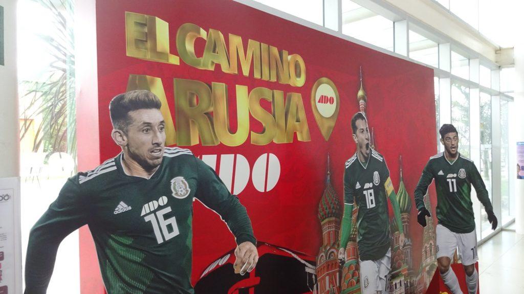 """Напоминание о России - реклама предстоящего чемпионата. Рекламная кампания, видимо, была очень успешной, практически каждый, кто узнавал, откуда мы, тут же восклицал """"Rusia! Mundial!"""""""