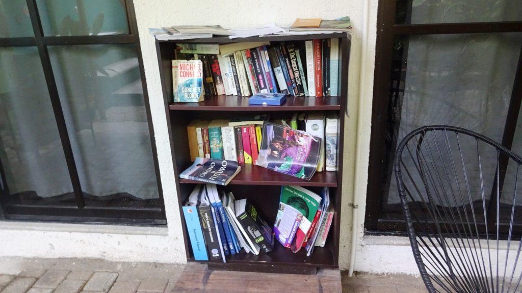 Люблю, когда в отеле есть вот такие библиотеки: туристы оставляют книги на разных языках