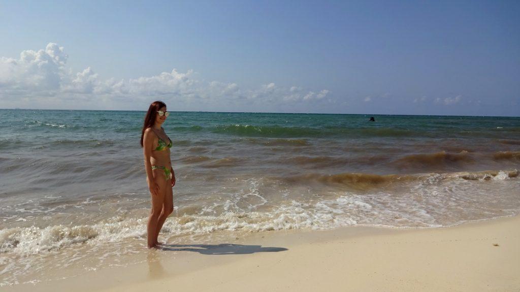 Песок здесь легкий, поэтому волны его поднимают, у берега вода мутная, но буквально через несколько метров уже прозрачная и очень чистая