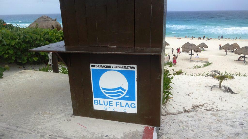 """Естественно, часть этих прекрасных пляжей отмечена """"Голубым флагом"""""""