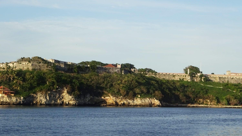 Вид на крепость Сан-Карлос-де-ла-Кабанья. А доехать туда можно на автобусе Т-3