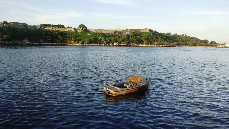 Вот такая лодка - не колоритное украшение города, а средство передвижения