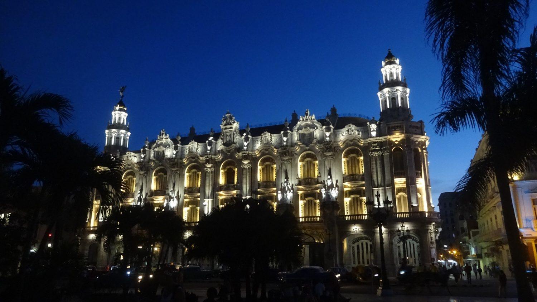 Если вечером идти от центрального парка к Малекону, по пути - вот такая красота