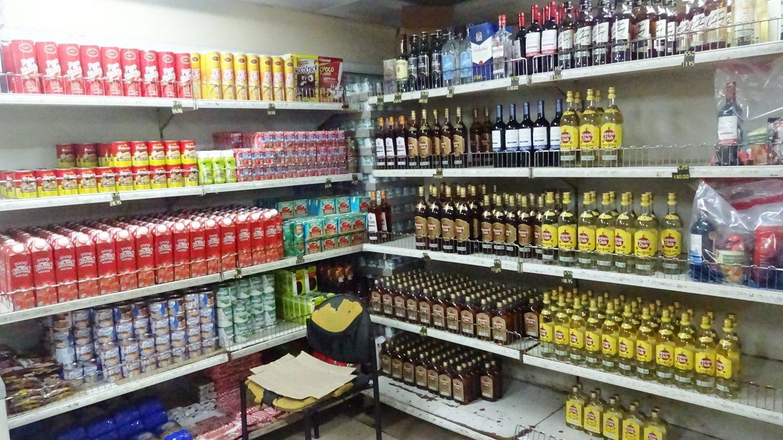 А это типичный магазин. Ром, вино, ром, ром, ром и ром. Здесь нормально, а иногда даже воды нет (я не шучу)